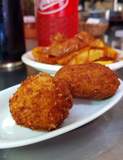 croqueta montferry patatas bravas barcelona restaurantes alioli salsas