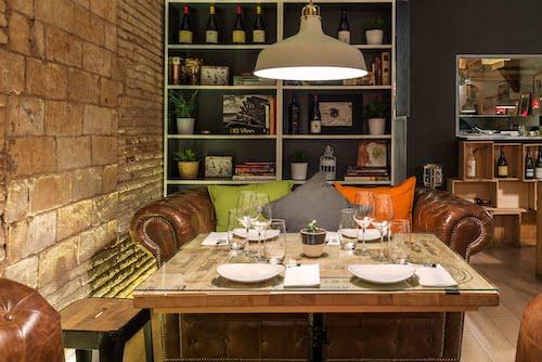 mes de vi local vinos patatas bravas barcelona restaurantes alioli salsas